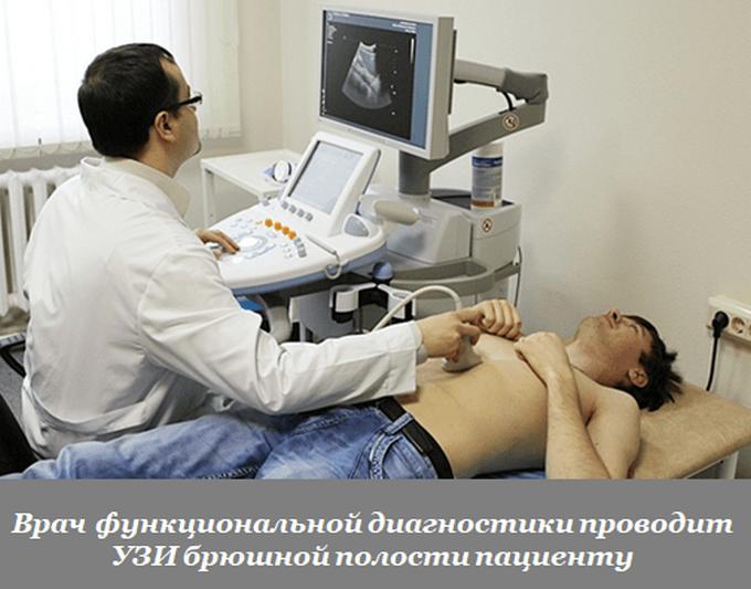 Врач проводит УЗИ брюшной полости