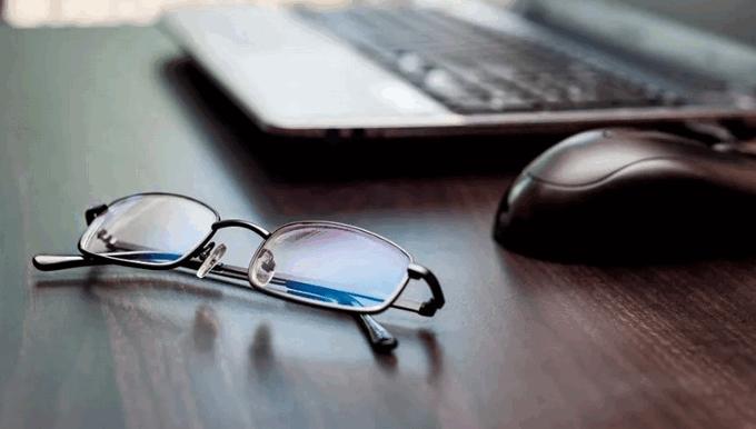 Очки при работе на компьютере лежат на столе