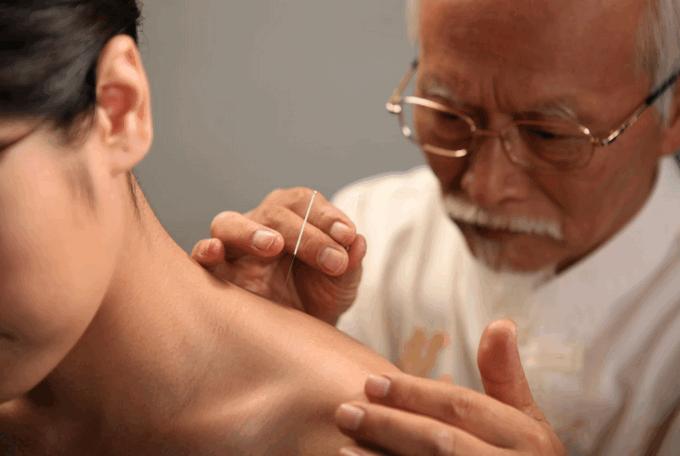 Тибетский врач лечит больного